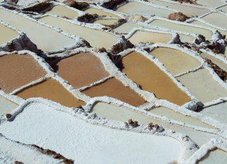 Je nach Fähigkeit und Erfahrung der Salzbauern sind die Salzbecken von Maras manchmal strahlend weiß, manchmal schlammbraun, Peru - © flog / franks-travelbox