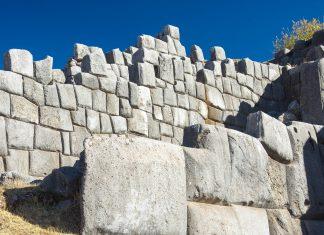 Nicht einmal ein Blatt Papier passt zwischen die perfekt behauenen Steine der Inka-Mauern von Sacsayhuamán im Süden von Peru - © flog / franks-travelbox