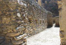 Die engen Gassen von Ollantaytambo lassen die längst vergangene Kultur der Inka aus dem 15. Jahrhundert wieder auferstehen, Peru - © flog / franks-travelbox