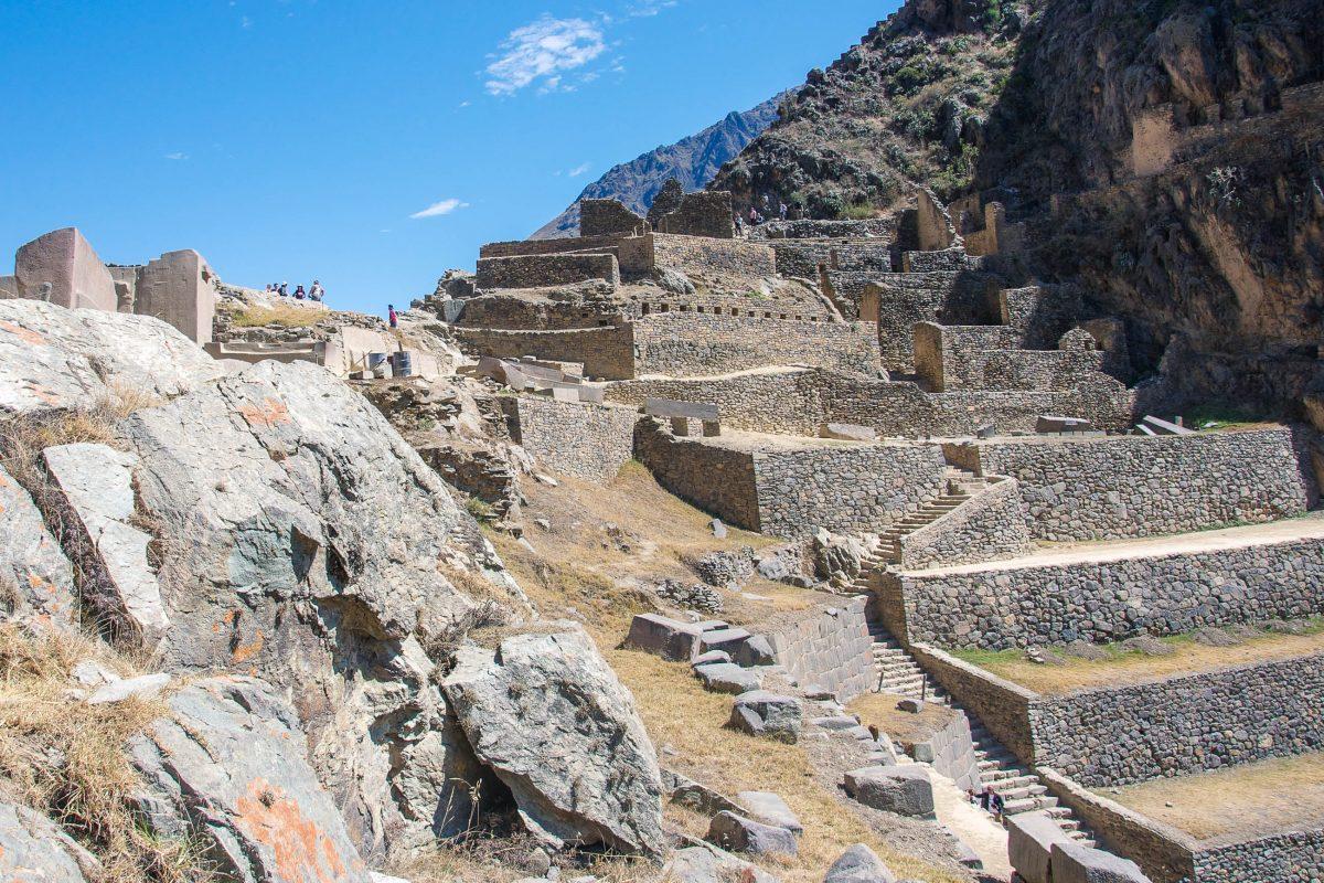 Ganz oben in Ollantaytambo angekommen offenbart sich links das Tempelareal mit perfekt behauenen Steinmauern, Peru - © flog / franks-travelbox