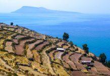 Panoramablick über die Terassen der Insel Taquile im peruanischen Teil des Titicaca-Sees, Peru - © ckchiu / Shutterstock
