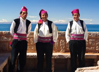 Peruanische Männer auf der Insel Taquile Im Titicaca-See, Peru - © Jarno Gonzalez Zarraonandia / Shutterstock