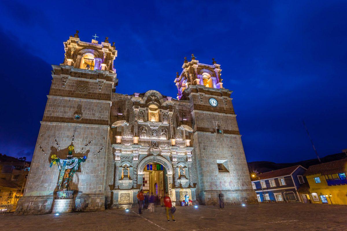 Ein Spaziergang durch die Altstadt führt zur stolzen Kathedrale von Puno, die auf dem reich dekorierten Plaza Mayor thront, Chile - © Christian Vinces / Shutterstock