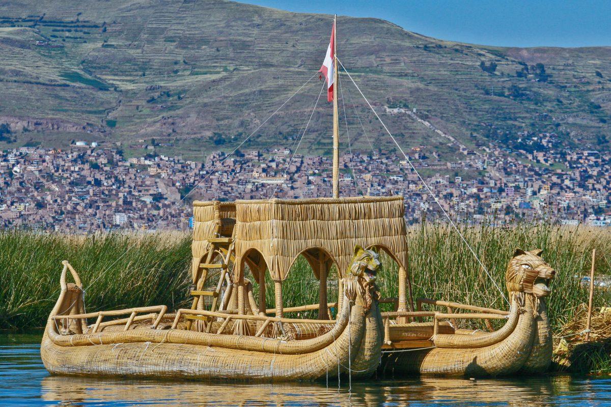 In Puno starten jeden Tag zahlreiche Ausflugsboote, die Touristen zu den Sehenswürdigkeiten auf dem Titicaca-See bringen, Peru - © Steffen Foerster / Shutterstock