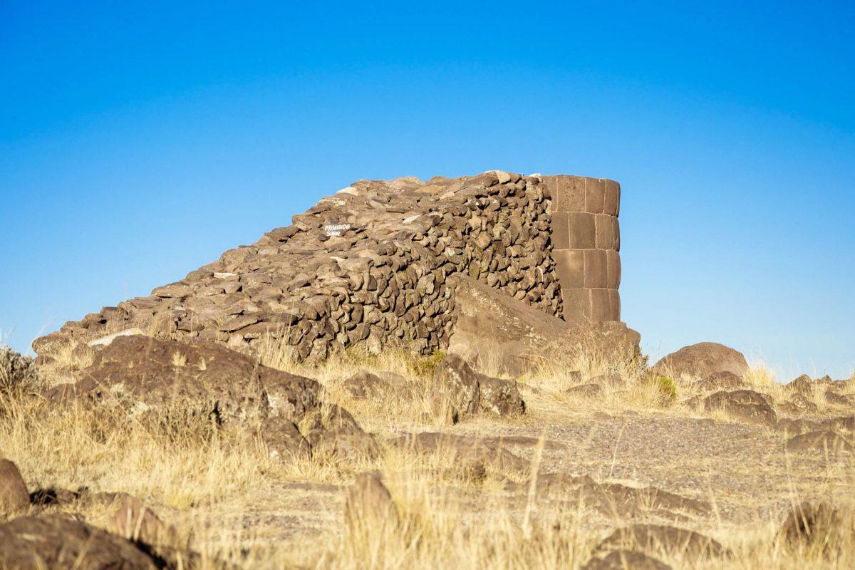 An dieser Chullpa ist noch die steinerne Rampe zu sehen, über die das Baumaterial zur Errichtung des Grabturmes transportiert wurde, Sillustani, Peru - © flog / franks-travelbox