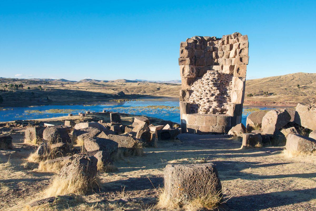 Das Volk der Colla errichtete die Grabtürme in Sillustani vor über 1.000 Jahren um ihre Könige und andere wichtige Persönlichkeiten zu bestatten, Peru - © flog / franks-travelbox