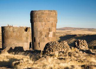 Die tatsächliche Größe der Chullpas wird erst im direkten Größenvergleich zum Menschen sichtbar, Sillustani, Peru - © flog / franks-travelbox