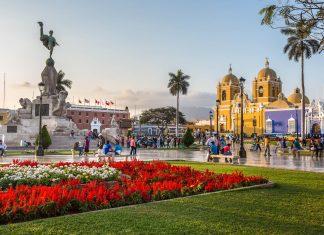 Als Ausgangspunkt zu faszinierenden Stätten vergangener Kulturen und selbst eindrucksvolle Kolonialstadt ist Trujillo die zweitwichtigste Stadt Perus - © Christian Vinces / Shutterstock