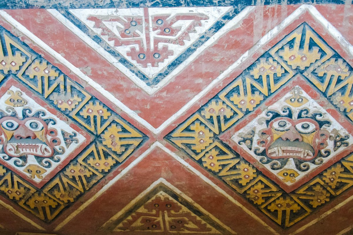 """Die Darstellung des """"Enthaupters"""", einer mächtigen Berggottheit der Moche-Kultur findet man im Mondtempel überall - © flog / franks-travelbox"""