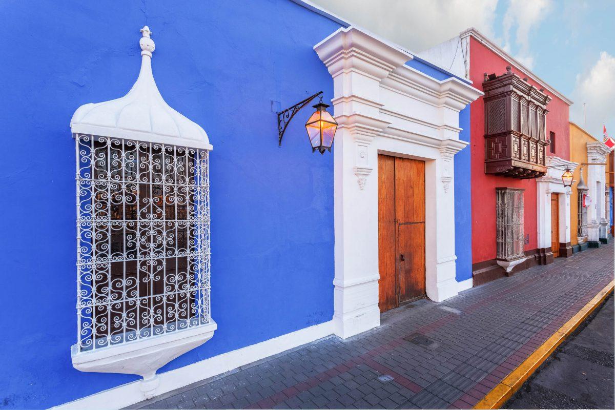 Die kolonialen Herrenhäuser im Zentrum von Trujillo, Peru, sind an den pompösen Fassaden und den schmiedeeisernen Fenstergittern leicht zu erkennen - © Christian Vinces / Shutterstock