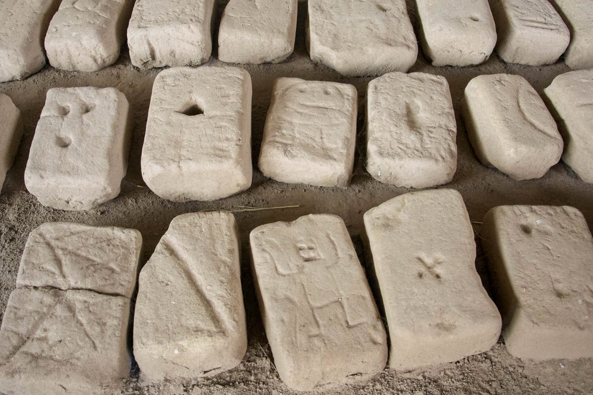 Die Lehmziegel, mit denen die eindrucksvolle Sonnenpyramide gebaut wurde, waren alle mit einem Stempel des Herstellers versehen, Huacas de Moche, Peru - © flog / franks-travelbox
