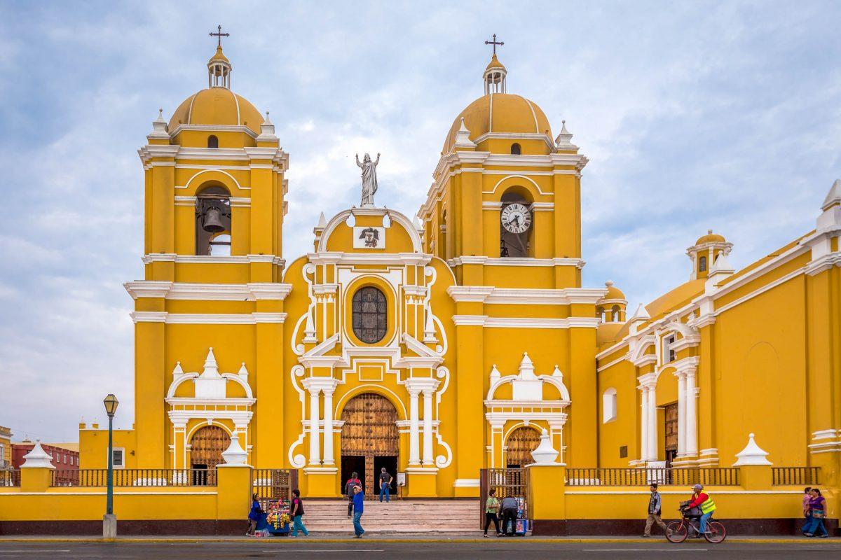 Die ockergelbe Kathedrale im Zentrum der Altstadt zählt zu den wichtigsten Sehenswürdigkeiten von Trujillo, Peru - © Kanokratnok / Shutterstock