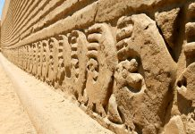 Von Touristen besichtigt werden kann der so genannte Tschudi-Bereich, benannt nach dem Schweizer Forscher Johann Jakob von Tschudi, Lehmstadt Chan Chan, Peru - © Michael Zysman / Shutterstock