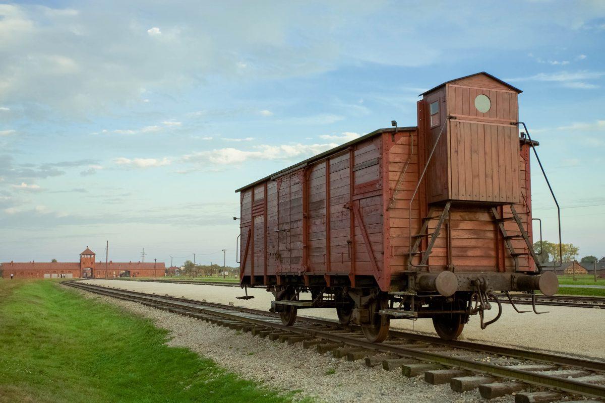 Bahnwaggon im Konzentrantionslager Auschwitz-Birkenau, Polen - © Watchtheworld / Shutterstock