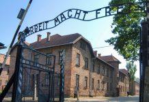 Das Eingangstor zu Ausschwitz, Polen - © Robert Hoetink / Shutterstock