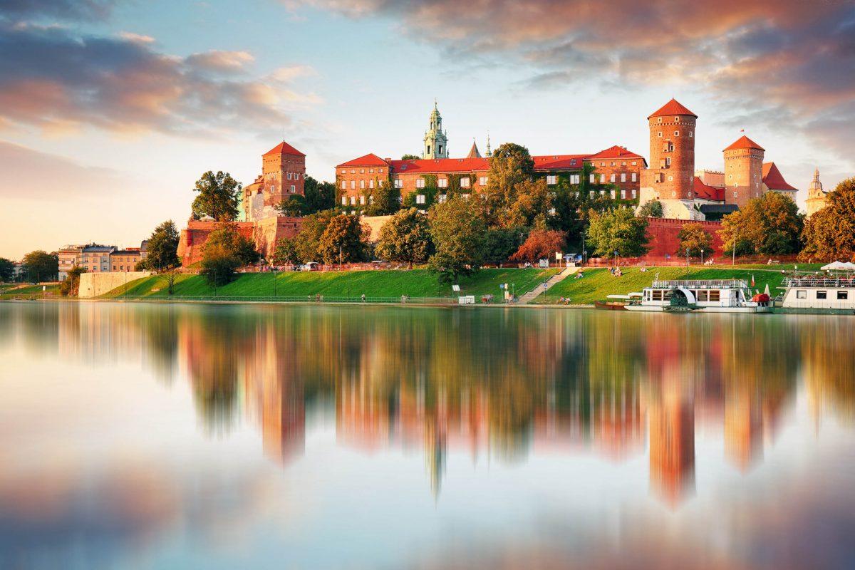 Das Wawel-Schloss in Krakau wurde im 14. Jahrhundert vom polnischen Könige Kasimir, dem Großen im gotischen Stil errichtet, Polen - © TTstudio / Shutterstock