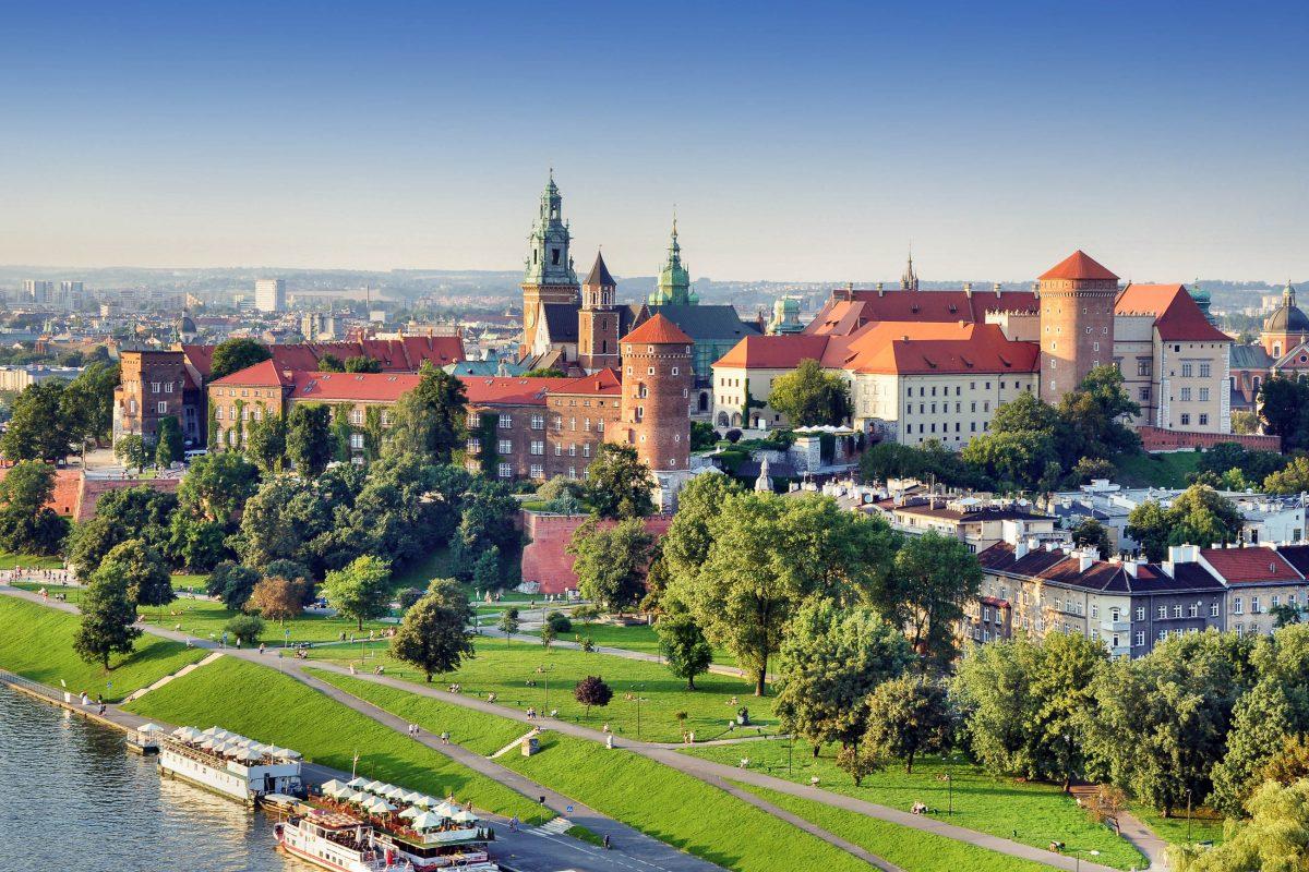 Der Wawel-Hügel in Krakau war einst das Machtzentrum Polens; das Königsschloss und die Kathedrale zählen heute zu den bedeutendsten Sehenswürdigkeiten der Stadt - © Nahlik / Shutterstock