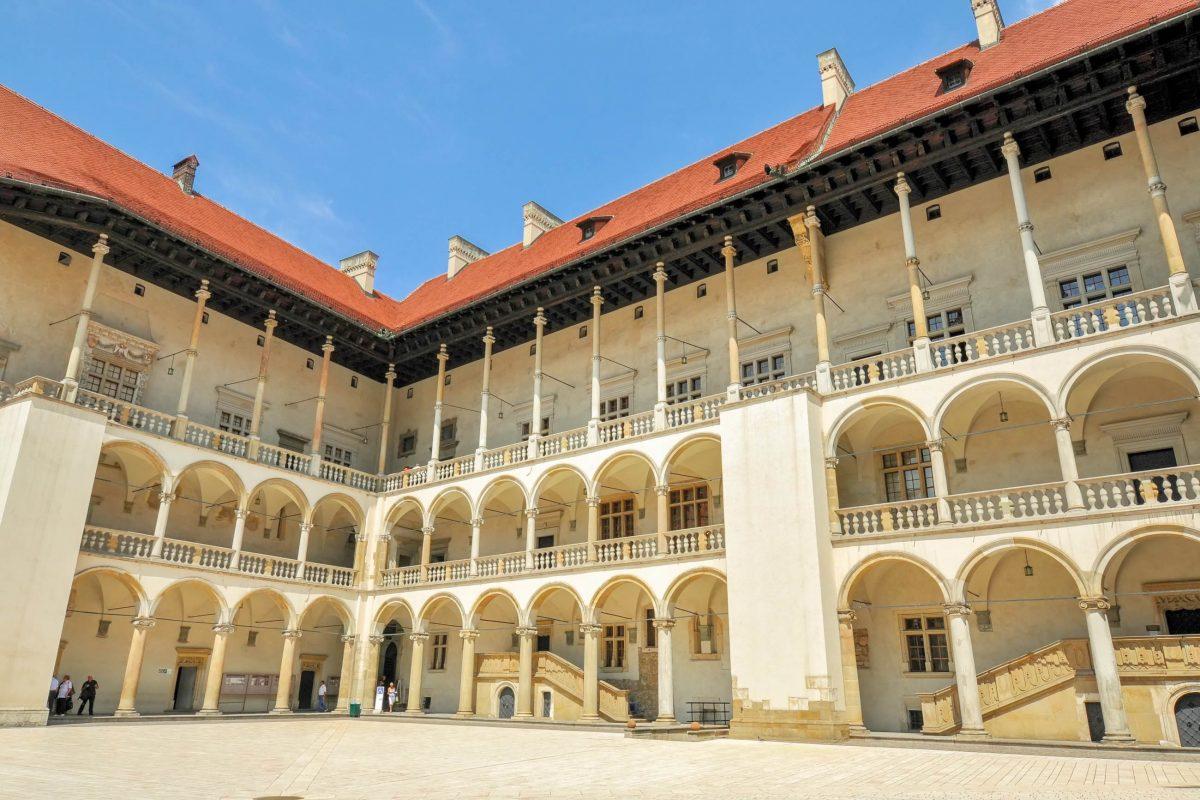 Die Fassade des fantastischen Wawel-Schlosses in Krakau wurde im 21. Jahrhundert renoviert, Polen - © Maks Ershov / Shutterstock