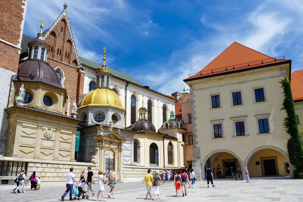 """Die goldene Kuppel an der Wawel-Kathedrale in Krakau markiert die prachtvolle Sigismund-Kapelle, die """"Perle der Renaissance"""" in Polen - © Kaetana / Shutterstock"""