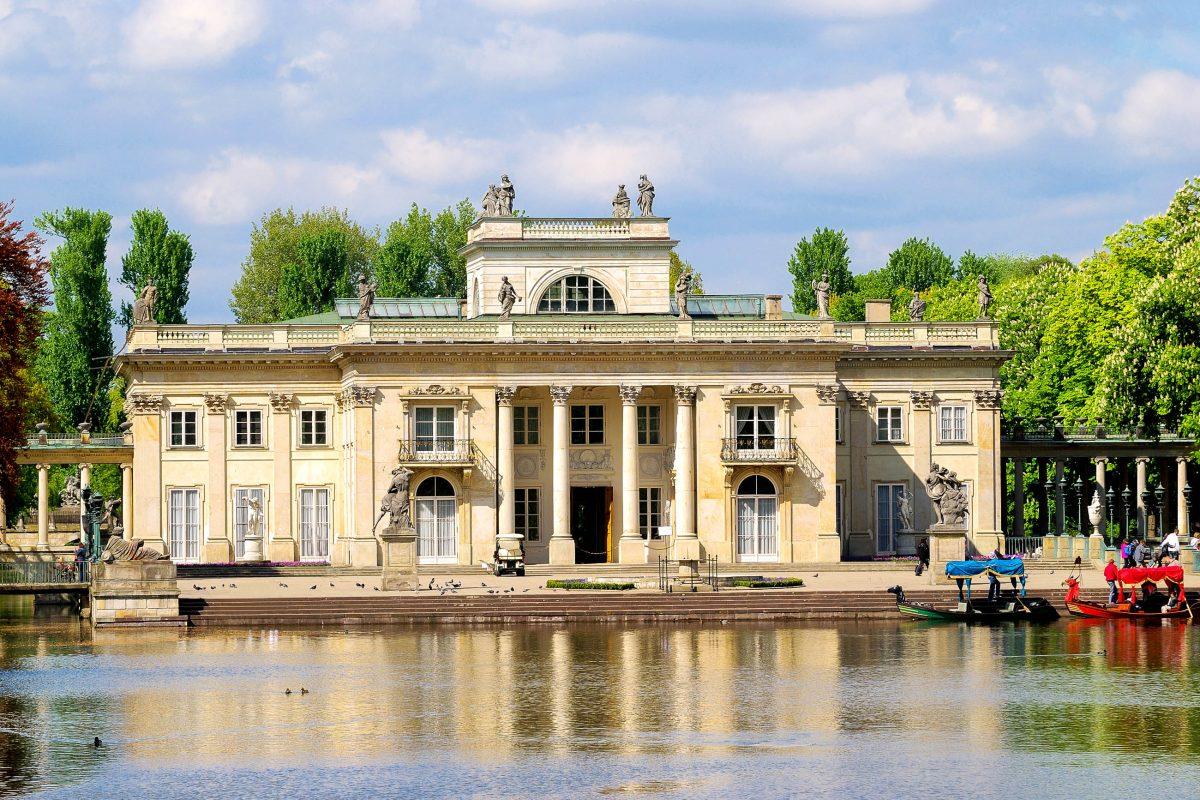 """Das schönste Gebäude im Łazienki Park ist der gleichnamige Łazienki-Palast, auch """"Palast auf dem Wasser"""" genannt, Warschau, Polen - © Aleksey Stemmer / Shutterstock"""