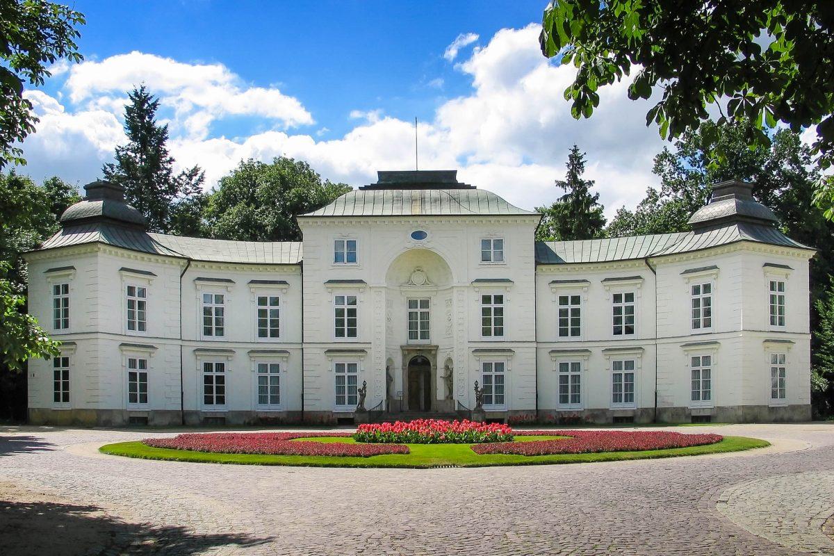 Der schneeweiße Myslewicki-Palast im Łazienki-Park in Warschau, Polen - © Anastazzo / Shutterstock