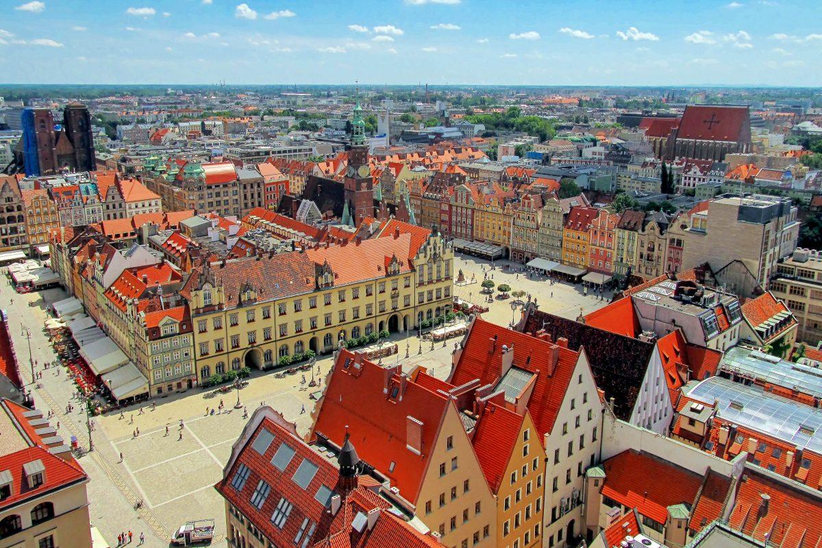 Der gesamte Marktplatz in Wroclaw ist Fußgängerzone und bietet die ideale Gelegenheit, um die Breslauer Bevölkerung kennen zu lernen, die sich hier zum Einkaufen und Ausgehen versammelt, Polen - © DyziO / Shutterstock