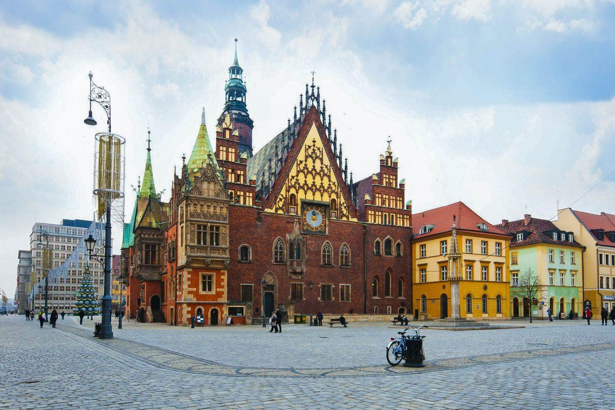 Der Markplatz von Wroclaw misst 205 mal 175 Meter und entstand Anfang des 13. Jahrhunderts, Polen - © Pablo77 / Shutterstock