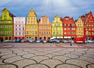 Die farbenprächtigen Gebäude, die den Marktplatz in Wroclaw (Breslau) umschließen, entführen den Betrachter auf eine architektonische Reise in die Vergangenheit von Gotik bis Jugendstil, Polen - © Pablo77 / Shutterstock