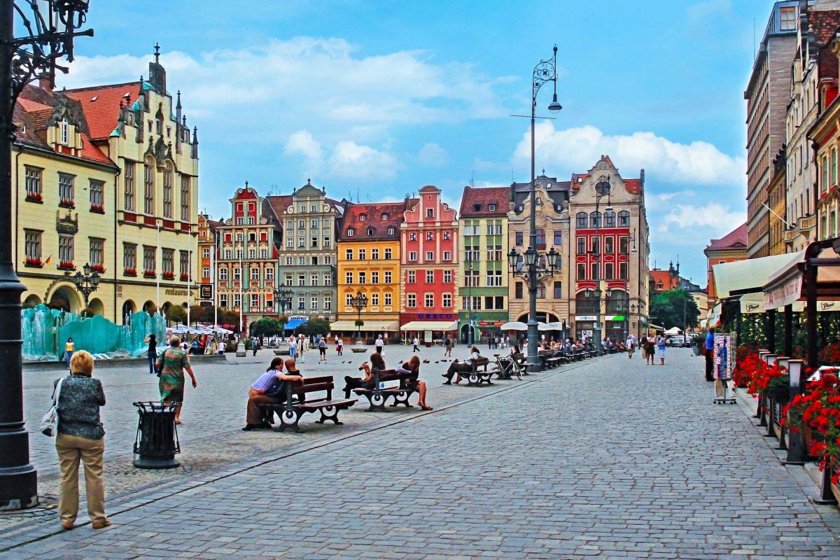 Die letzte Renovierung der historischen Fassaden wurde im Jahr 2000 abgeschlossen und die Straße auf der Ostseite als letzte für den Autoverkehr geschlossen, Wroclaw, Polen - © eFesenko / Shutterstock