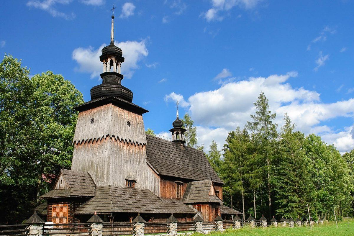 Die hölzerne Kirche aus dem 19. Jahrhundert Koscieliska-Straße in Zakopane beeindruckt durch ihre kunstvollen Schnitzereien, Polen - © pryzmat / Shutterstock
