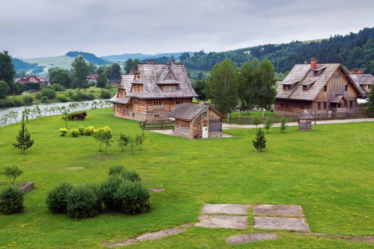 """Die traditionellen Dörfer der Gorale, einer historischen polnischen Kultur, im Tatra-Nationalpark bilden die Grundlage des """"Zakopane-Stils"""", Polen - © Patryk Kosmider / Shutterstock"""