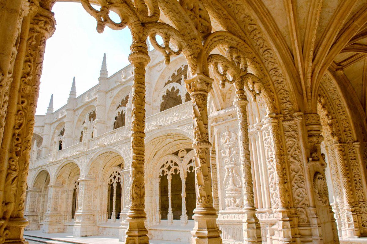 Die Decke des Innenhofs des Mosteiro dos Jerónimos in Lissabon, Portugal wird von fragil anmutenden Säulen getragen - © Tito Wong / Shutterstock