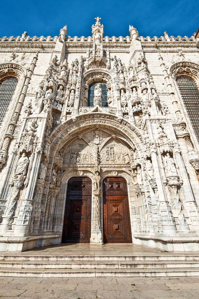 Durch das monumentale Südportal gelangt man ins Innere des eindrucksvollen Mosteiro dos Jerónimos in Lissabon, Portugal - © Jule_Berlin / Shutterstock