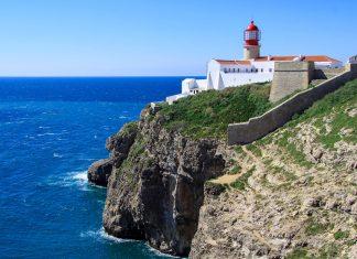 Das Cabo de São Vicente bildet den südwestlichsten Punkt Europas und fällt dabei in einer bis zu 70m hohen Steilküste spektakulär ins Meer ab, Portugal - © Andrea Seemann / Fotolia