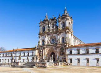 Das Mosteiro de Santa Maria in der portugiesischen Stadt Alcobaça, ein Meisterstück der gotischen Zisterzienser-Architektur, Portugal - © topdeq / Fotolia