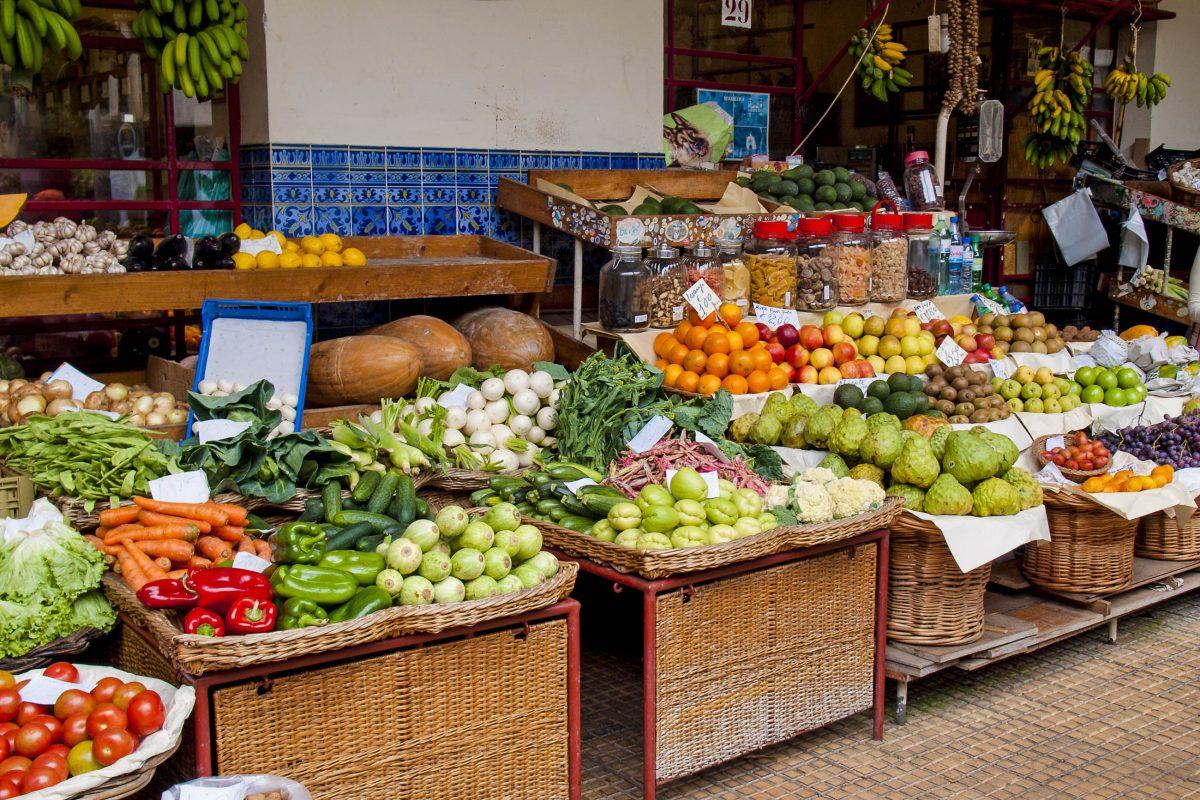 Am Mercado dos Lavradores gibt es Unmengen an köstlichem Obst und Gemüse, Madeira, Funchal, Portugal - © Petroos / Shutterstock