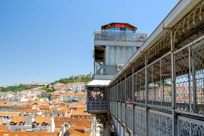 Der Elevador de Santa Justa verbindet die Stadtteile Baixa (Unterstadt) mit Chiado und Bairro Alto (Oberstadt) und ist ein Wahrzeichen Lissabons, Portugal - © maxbaer / Fotolia