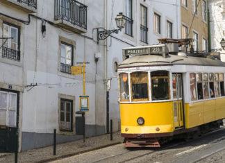 Die Straßenbahnlinie 28E führt durch schmale, verwinkelte Gässchen der Lissaboner Altstadt, ein absolutes Muss für jeden Besucher, Portugal - © dianaemanuela / Fotolia
