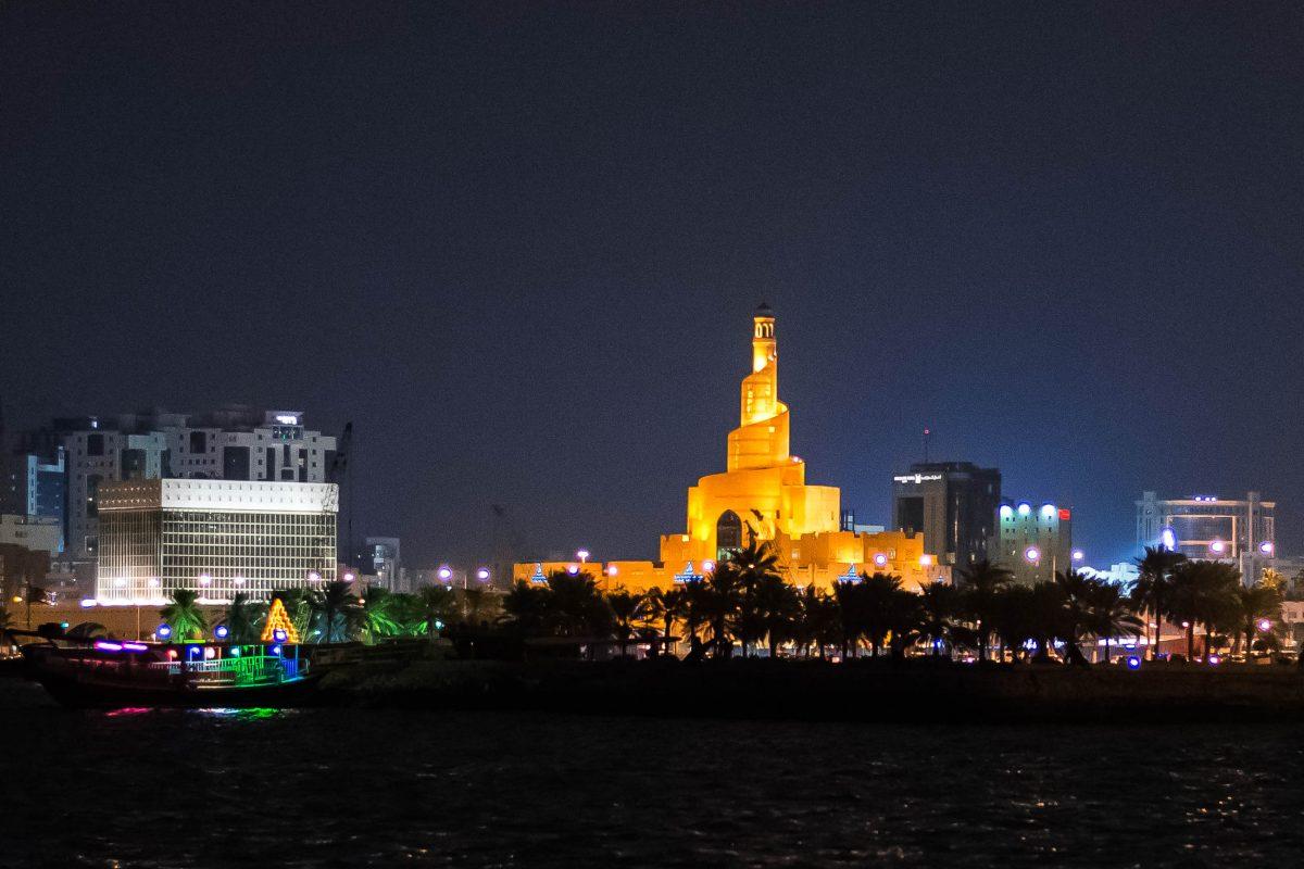 Das berühmte FANAR nächtlich beleuchtet, gleichzeitig Moschee und Islamisches Zentrum in Doha, der Hauptstadt von Katar - © FRASHO / franks-travelbox