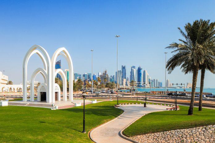 Der Rumaila-Park liegt im Zentrum der Corniche von Doha an der gleichnamigen Straße und bietet wundervolle Ausblicke auf den Hafen, Katar - © Sophie James / Shutterstock