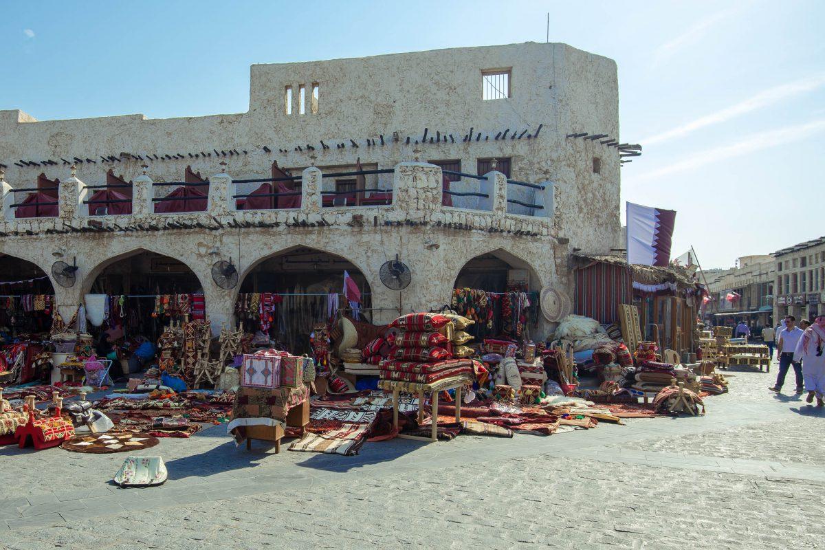 Der Souq Waqif ist ein Labyrinth aus kopfsteingepflasterten Gassen, Lehmwänden und Holzbalken, und wirkt als ob hier bereits seit Jahrhunderten reger Handel getrieben wird, Doha, Katar / Qatar - © FRASHO / franks-travelbox