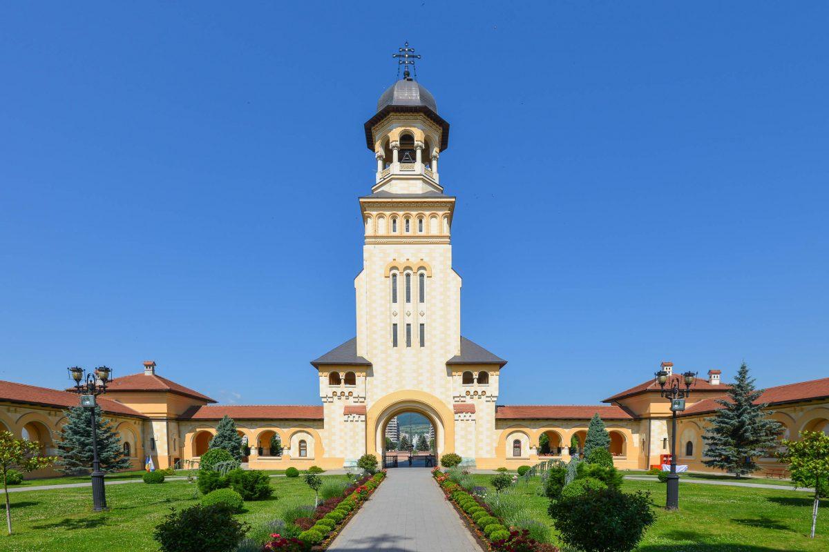 Das Gelände der orthodoxen Kathedrale von Alba Iulia, Rumänien, wird durch einen monumentalen Glockenturm betreten - © FRASHO / franks-travelbox
