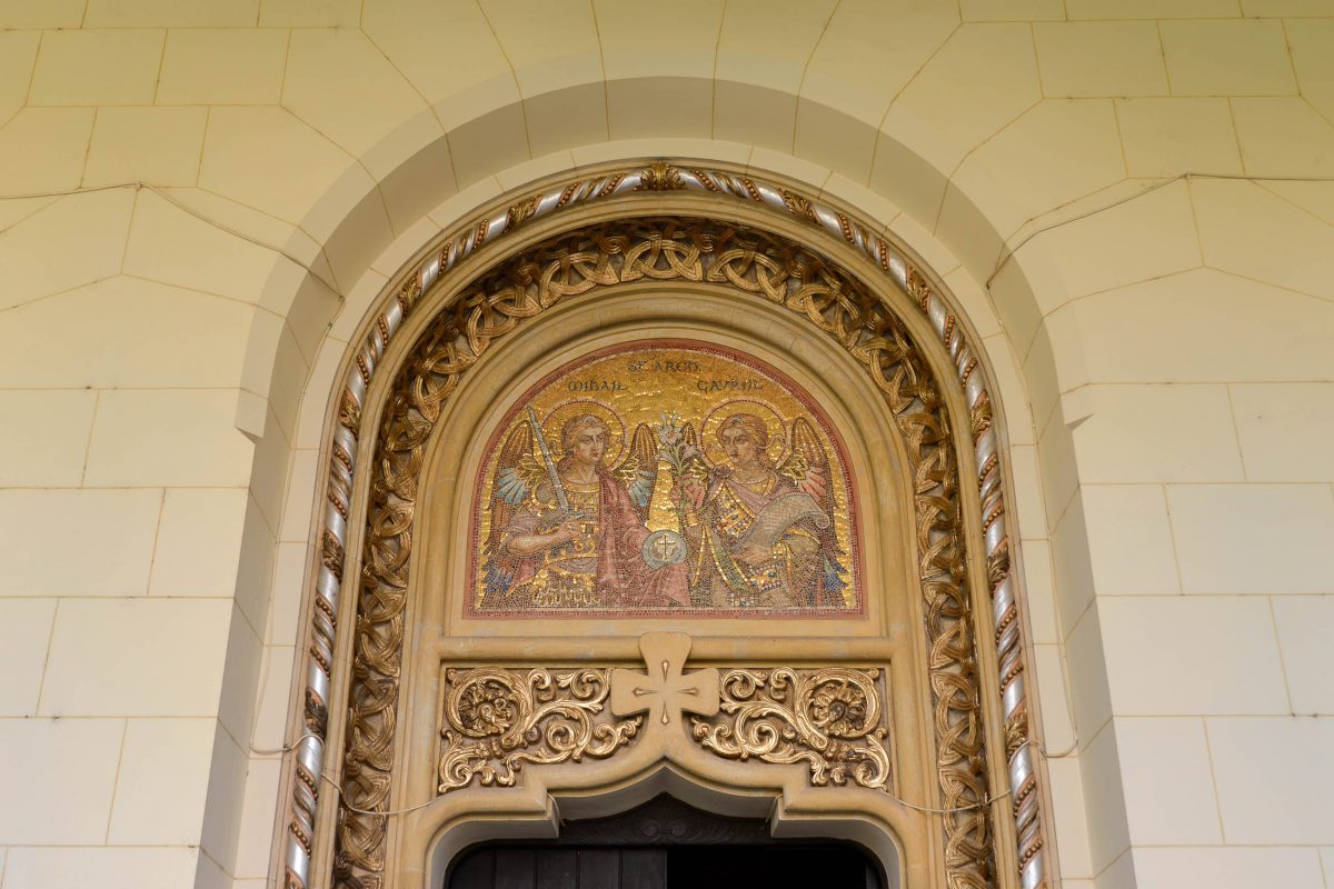 Das goldene Mosaik über dem Eingangsportal der Orthodoxen Kathedrale von Alba Iulia zeigt die beiden Erzengel Michael und Gabriel, Rumänien - © FRASHO / franks-travelbox