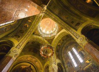 Die Kuppel der Krönungskathedrale von Alba Iulia wird von Marmorsäulen getragen und wird von einem Gemälde von Christus, dem Erlöser gekrönt, Rumänien - © FRASHO / franks-travelbox