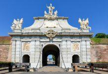 Das Stadttor III von Alba Iulia ist mit seinen Figuren, Statuen und Reliefs der antiken Mythologie spektakulär anzusehen, Rumänien - © FRASHO / franks-travelbox