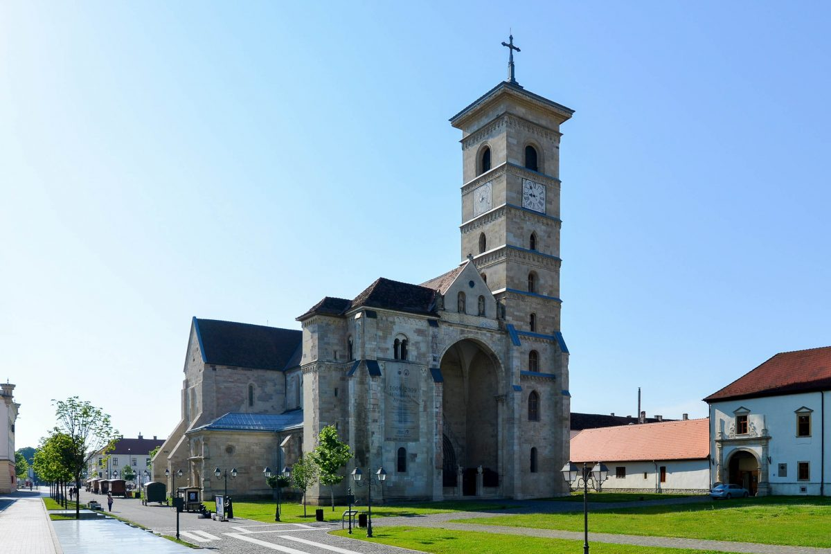 Die Römisch-Katholische Kathedrale von Alba Iulia aus dem 13. Jahrhundert zählt zu den wertvollsten mittelalterlichen Baudenkmälern Siebenbürgens, Rumänien - © FRASHO / franks-travelbox