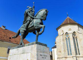 Vor dem Palatul Princiar in Alba Iulia erinnert ein Reiterdenkmal an Mihai Viteazul, der Ende des 16. Jahrhunderts einen Vorläufer von Rumänien gründete - © FRASHO / franks-travelbox