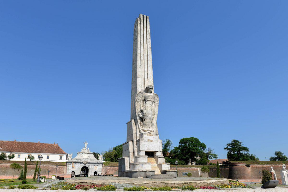 Vor dem Poarta III erinnert der kolossale Obeliscul Horea, Cloșca și Crișan an die drei Anführer des Bauernaufstandes von 1784, die in Alba Iulia hingerichtet wurden, Rumänien - © FRASHO / franks-travelbox