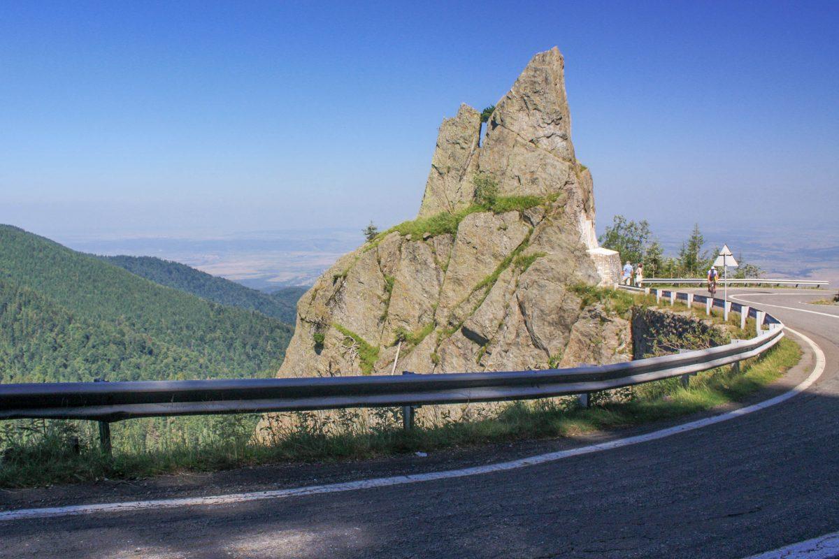 """Am spektakulären """"Tor der Begegnung"""" an der Transfăgărășan in Rumänien trafen einst die Streckenbau-Mannschaften aus Nord- und Süd aufeinander - © Mercy CC BY-SA3.0/Wiki"""