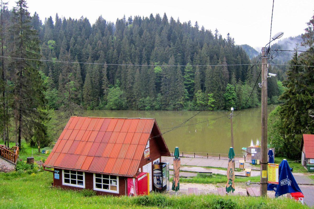 Ausgangspunkt für Wanderungen durch den Nationalpark oder Bootsfahrten auf dem einzigartigen See ist die Ortschaft Lacul Roşu direkt am Ufer, Rumänien - © FRASHO / franks-travelbox